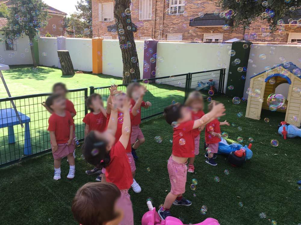jugando con pompas de jabon en escuela infantil los potritos en pozuelo